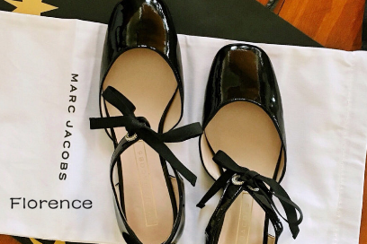 Marc Jacobs小黑皮鞋穿起来少女吗?搭裙子好看吗?