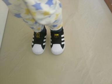 新入手的阿迪达斯童鞋 墙裂推荐给各位宝妈
